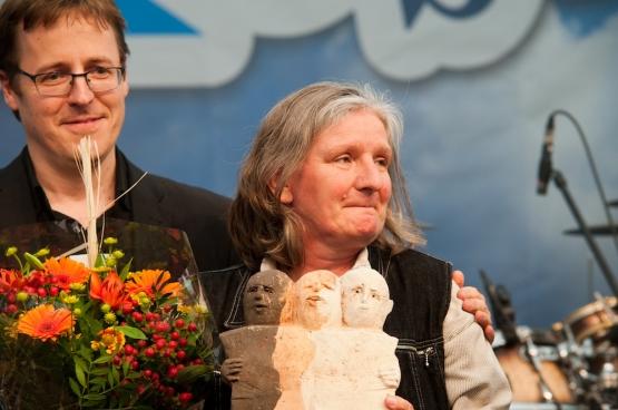 Christine Mahy, du Réseau wallon de lutte contre la pauvreté, a reçu le Prix Solidaire au nom de la plate-forme Justice pour tous, lors du moment central de ManiFiesta. (Photo Solidaire, Antonio Gomez Garcia)