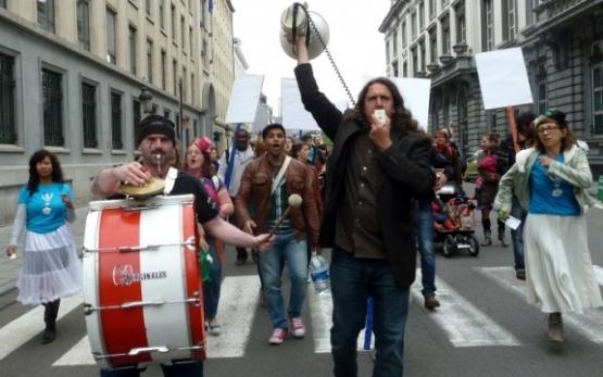 Le 13 juin 2012, les secteurs social et artistique manifestaient contre les économies imposées par la précédente ministre flamande de la Culture, Joke Schauvliege. (Photo DeWereldMorgen)