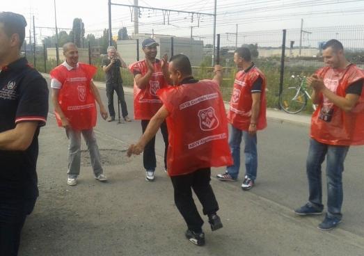 Les travailleurs de BM&S ont même dansé à l'entrée des ateliers SNCB. Après trois semaines de grève, ils ont enfin obtenu une première victoire. (Photo Solidaire)