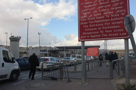 Le check point pour passer de Jérusalem Est à Ramallah, en Cisjordanie : « Cette route conduit en zone A, sous l'Autorité palestinienne. L'entrée est interdite pour les citoyens israéliens, dangereuse pour votre vie et contraire aux lois israéliennes. » (Photo Solidaire, Marco Van Hees)