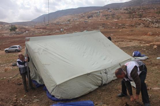 Le Croissant rouge installe une tente à l'endroit où l'armée israélienne a détruit une maison, la veille, à Al-Taweel, en Cisjordanie, région occupée illégalement par Israël. (Photo Solidaire, Marco Van Hees)