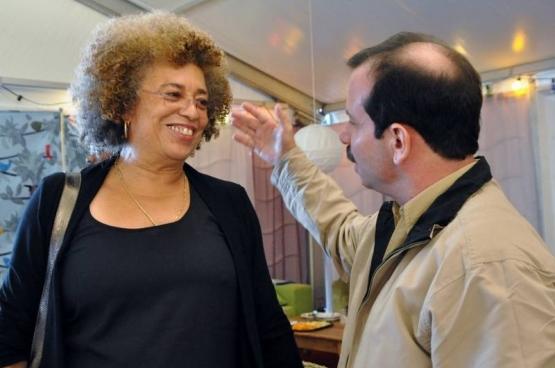 Fernando Gonzalez, un des deux Cuban Five déjà libéré, en compagnie d'Angela Davis, icône de la lutte anti-raciste et pour l'émancipation féminind aux USA. La rencontre a eu lieu lors de Manifiesta en septembre dernier. (Photo Solidaire)