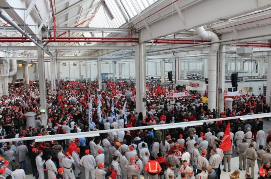 Assemblée dans l'usine lors de l'arrêt de travail des 13.000 travailleurs d'Audi à Ingolstadt le 4 février