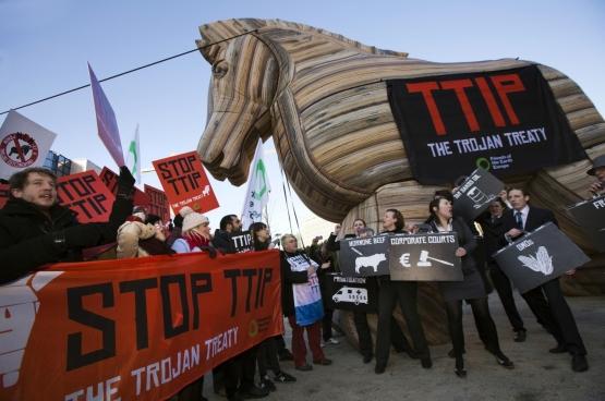 Seule la mobilisation de centaines d'associations, syndicats et initiatives comme D19-20, No Transat, ou Stop TTIP peuvent les inciter à s'y opposer quand même. (Photo: manifestation à Bruxelles le 4 février 2015. (Photo Flickr / Global Justice Now)