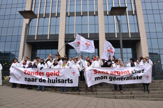 Médecine pour le Peuple a lancé sa campagne « Sans argent chez mon généraliste » le 26 mars dernier en menant une action devant le cabinet de la ministre de la Santé Maggie De Block. (Photo Solidaire, Martine Raeymaekers)