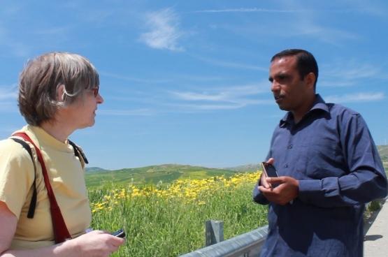 Le dr. Claire Geraets écoute le témoignage de Irfan, réfugié, et ingénieur, pakistanais (Photo Solidaire, Frank Sonck)
