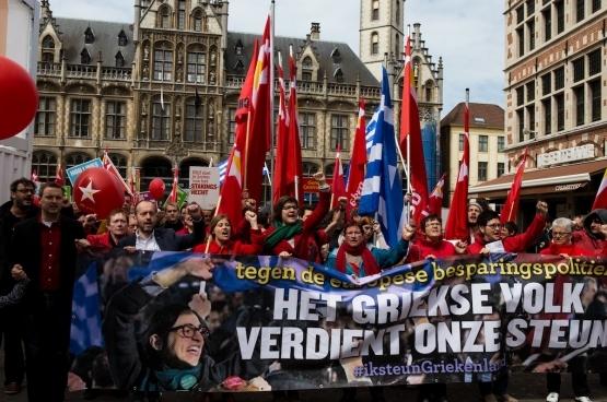 Lors du cortège du 1er Mai, à Gand, le PTB a fait de la solidarité avec le peuple grec un thème central. (Photo Solidaire/Dieter Boone)