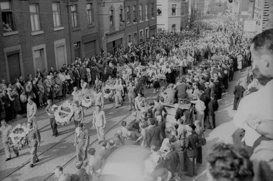 En août 1950, c'est une foule estimée entre 100000 et 300000 personnes qui a assisté à l'enterrement de Julien Lahaut. Ce n'est que soixante-cinq ans après ces événements que la lumière commence à être faite. (Photo Belga)