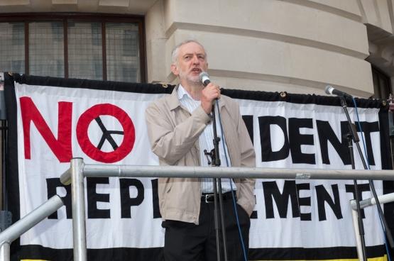 Jeremy Corbyn lors d'une manifestation contre le renouvellement des sous-marins nucléaires. Photo The Weekly Bull / Flickr