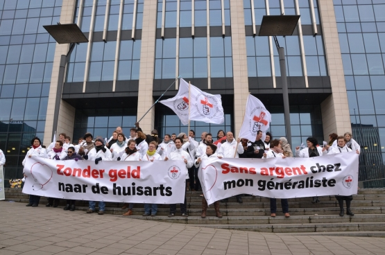 Légende photo : Le 26 mars 2015, Médecine pour le Peuple menait une action devant le cabinet de la ministre Maggie De Block.