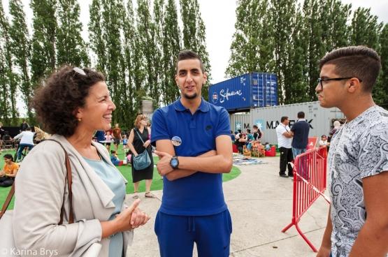 Zohra Othman (PTB), échevine de la Jeunesse de Borgerhout, en pleine discussion avec des jeunes dans un parc. (Photo Solidaire, Karina Brys)