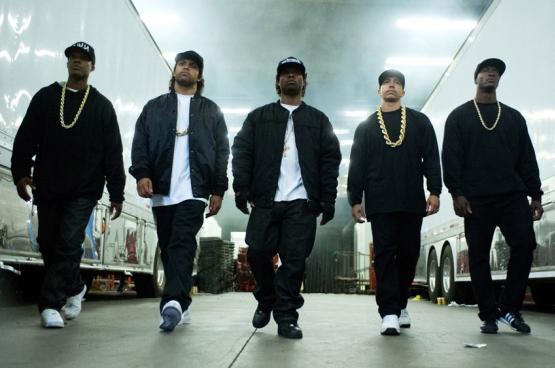 Les acteurs du film ressemblent tant aux personnages qu'on s'y méprendrait. Le biopic Straight outta Commpton, qui retrace l'histoire du groupe de rap N.W.A, a battu des records d'audience aux USA. (Photo tirée du film)