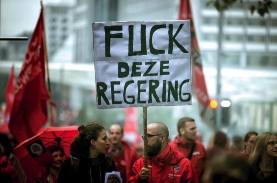 «Fuck ce gouvernement». Lors de la manifestation nationale du 7 octobre, 100000 personnes ont exprimé leur colère. Le gouvernement reste sourd. Jusqu'à quand? (Photo Solidaire, Salim Hellalet)