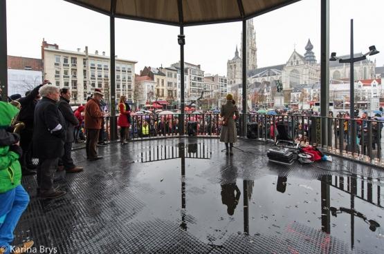 «Les mesures d'exception pour combattre le terrorisme doivent rester  des mesures d'exception», souilgne Alexis Deswaef. Photo: le rassemblement contre le terrorisme et la guerre organisé à Anvers le 22 novembre par le mouvement citoyen Hart boven Hard. (Photo Solidaire, Karina Brys)