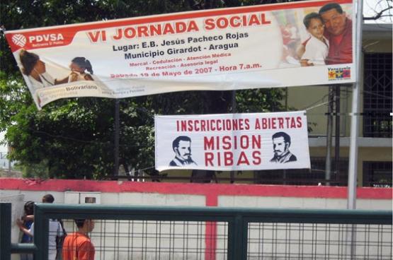 La vie quotidienne des Vénézuéliens risque bien d'être fortement affectée par ce basculement politique. Par exemple, les « misiones » qui fournissent gratuitement soins de santé, cours d'alphabétisation et aliments subsidiés dans chaque recoin du pays seront dans la ligne de mire du nouveau Parlement. (Photo paisdechavez / flickr)