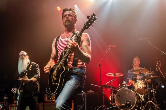 Eagles of Death Metal, au début de leur concert au Bataclan à Paris. 89 personnes y sont mortes dans l'attaque terroriste qui a suivi, dont un membre de leur équipe et une technicienne de la salle. (Photo Emmanuel Wino)