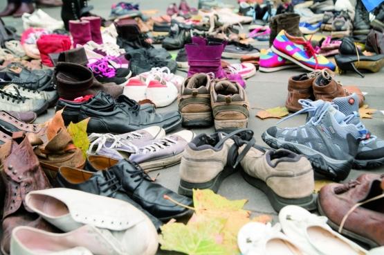 À l'occasion de l'ouverture du sommet climatique de Paris, le 29 novembre, des milliers de chaussures ont été amenées pour recouvrir la place de la République. Les militants pour le climat voulaient ainsi maintenir une aciton de protestation malgré l'interdiction de la manifestation prévue suite aux attentats du 13 novembre. (Photo Duc / Flickr)