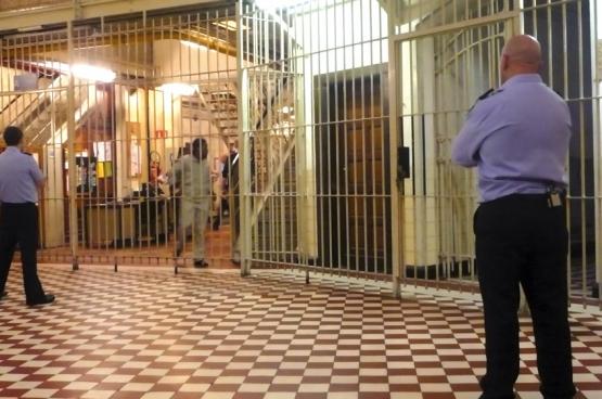 Dans certaines prisons, les gardiens ne sont pas assez nombreux pour pouvoir assurer dans des condtions de sécurité suffisantes des services comme les visites, la bibliothèque, etc.  (Photo Erik Silance / Gardiens de prison)