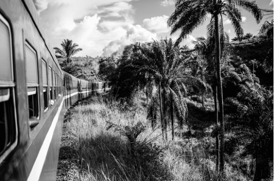 """Pour beaucoup de Congolais, la """"révolution de la modernité"""" de Kabila n'est pas assez rapide. (Photo: Rosalie Colfs) La photographe a mis en place, avec le poète Alexandre Popowycz, un projet artistique autour du train qui relie Kinshasa au port de Matadi. Le 23 août 2015, après 15 années d'interruption au public, le train relie à nouveau les 365 Km qui séparent les deux villes. Pour plus d'informations sur ce projet, """"Kinshasa-Matadi Express"""", et voir comment vous pouvez le soutenir, visitez www.kisskissbankbank.com/kinshasa-matadi-express"""