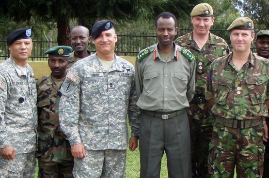 Les chiffres officiels de l'aide militaire des États-Unis et la Grande-Bretagne au Rwanda sont remarquablement bas, mais il y a une collaboration intense entre l'armée américaine, britannique et rwandaise. Sur la photo : des officiers britanniques et américains au cours d'une mission de formation à Kigali pour les sous-officiers de l'armée rwandaise en Mars de 2009. (Photo www.army.mil)