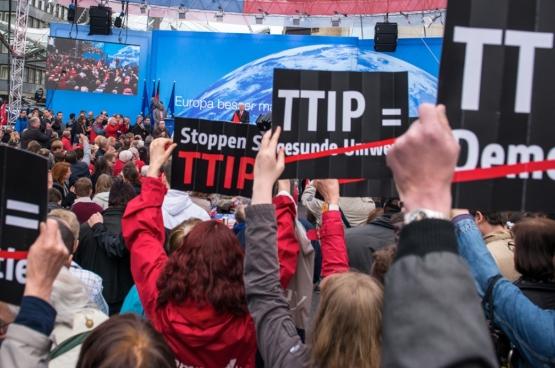 La mobilisation grandit contre ces traités partout en Europe.