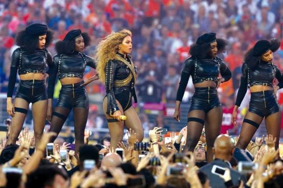 Beyoncé a fait le buzz lors de sa prestation à la mi-temps du Super Bowl, la finale du championnat de football américain, et l'un des événements sportifs les plus regardés aux États-Unis. (Photo Matthew Emmons/USA Today Sports)