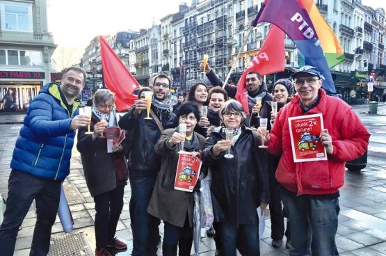 à l'annonce du retrait de la réforme de Fadila Laanan, secrétaire d'État à la Propreté publique (PS), des militants bruxellois du PTB se sont rendus devant la Bourse afin de fêter leur victoire. (Photo Solidaire, Françoise De Smedt)