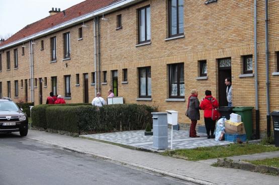 Une douzaine de membres du PTB Herstal ont été à la rencontre des habitants d'un quartier social pour faire signer la pétition pour la suppression de la redevance TV. (Photo Solidaire)