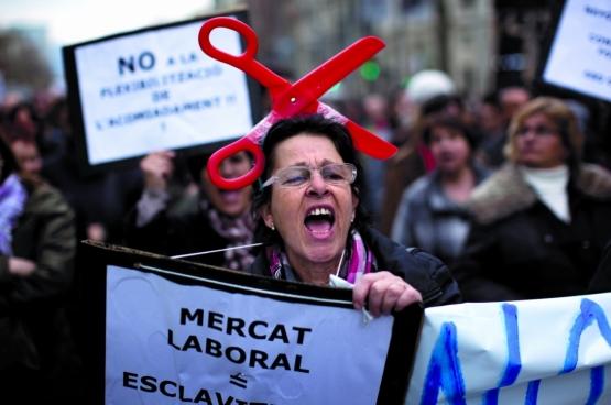 Une femme comparant le marché du travail à l'esclavage lors d'une manifestation contre les réformes du travail du gouvernement espagnol à Barcelone en février 2012. (Photo AP / Emilio Morenatti)