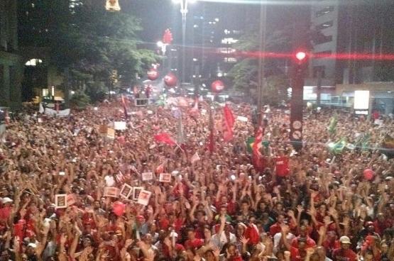 Des images peu - voire pas - vues dans les médias occidentaux : une mobilisation du Parti des Travailleurs de la présidente Dilma Rousseff à São Paolo, le 18 mars dernier.