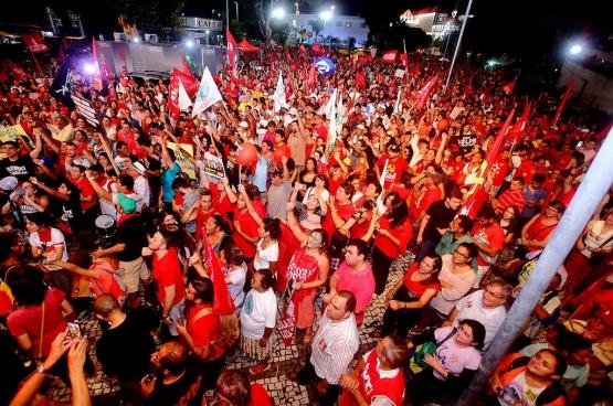 De nombreuses manifestations en soutien au gouvernement du Parti des travailleurs et à la présidente Dilma Rousseff ont lieu depuis le début de la crise au Brésil. Ici, une manifestation à Fortaleza, qui a rassemblé 50 000 personnes le 31 mars dernier. (Photo Chico Gomes, PCdoB Ceará / Flickr)