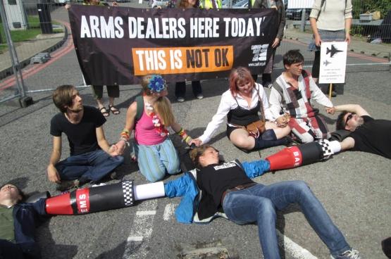 Des militants bloquent l'accès au salon de l'armement DSEI. (Photo blog.CAAT.org.uk)