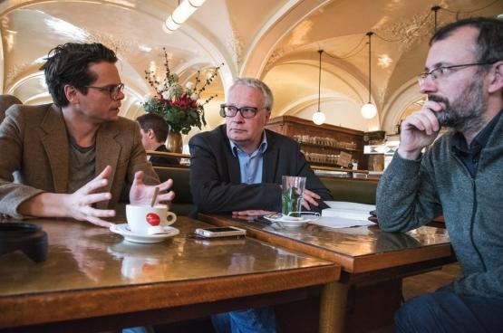 Thomas Decreus (à gauche), philosophe et historien, et Christophe Callewaert (à droite), journaliste, qui ont écrit Dit is morgen (Ceci est demain), et Peter Mertens, le président du PTB (au centre). (Photo Solidaire, han Soete)