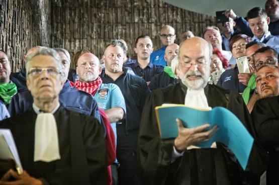 À Charleroi, les magistrats et le personnel de la Justice ont mené une action avec les agents pénitentiaires de la prison de Jamioulx. Le malaise dans la Justice se ressent à tous les niveaux. (Photo Solidaire, Salim Hellalet)