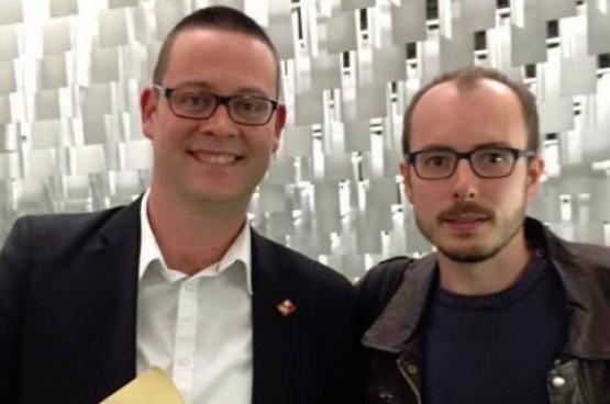 Raoul Hedebouw, député fédéral et porte-parole du PTB (ici avec Antoine Deltour), proposait en avril dernier à la Chambre d'envoyer un message de soutien au lanceur d'alerte. (Photo Solidaire)