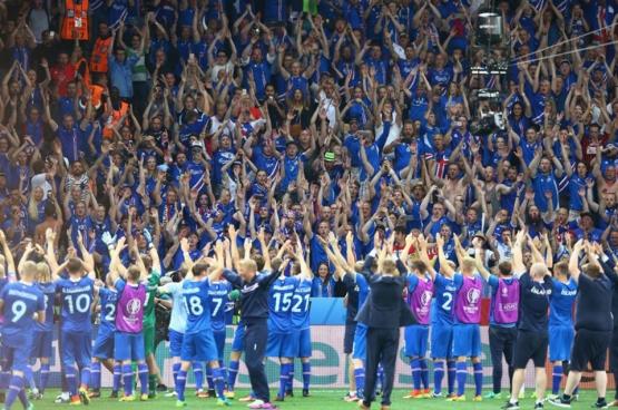 L'équipe islandaise fête avec ses supporters la victoire face à l'Angleterre. À noter que l'Islande est sans doute le seul pays dont 5 % de la population assistera au match de quart de finale depuis le stade. (Photo UEFA Euro / Facebook)