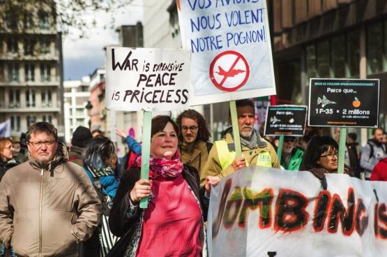 Manifestation à Bruxelles contre l'achat de nouveaux avions de chasse.  (Photo Solidaire, Evy Menschaert)