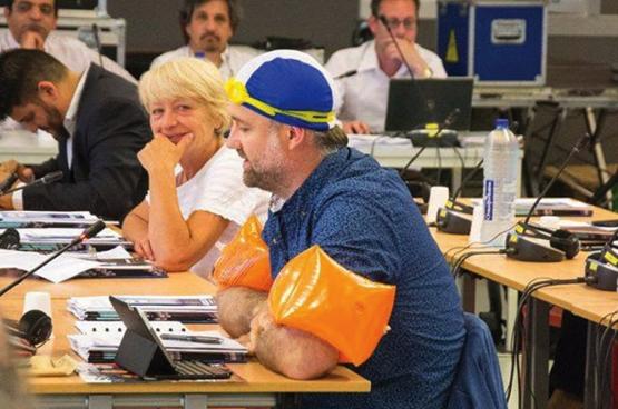Le conseiller communal PTB Dirk De Block en plein conseil communal à Molenbeek. (Photo Solidaire, Bruno Bauwens)