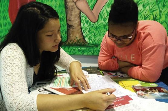 Les « Boost Days», ce sont quatre après-midi (le weekend) d'étude collective, dans le calme, avec des profs bénévoles pour aider les jeunes dans toutes les branches. (Photo Solidaire, Elisabeth Mertens)