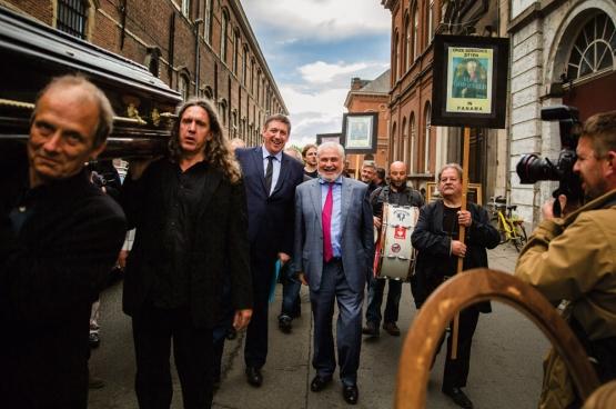 Ce 17 juin, les activistes  du collectif RIP Caermersklooster organisaient à Gand «l'enterrement» de la politique culturelle démocratique.   (Photo Solidaire, Evy Menschaert)