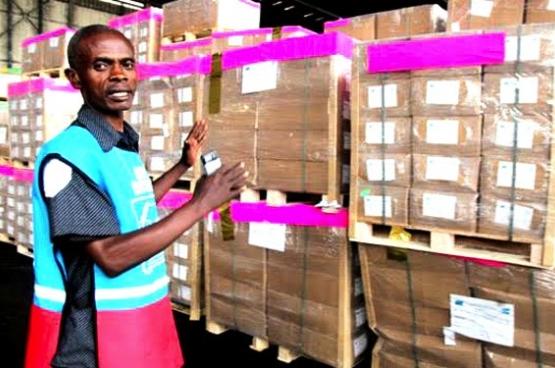 Vendredi 22 juillet sont arrivés les 500 premiers kits d'inscription des électeurs pour faire le fichier d'électeurs. Cette opération démarrera le 31 juillet dans la province de Nord-Ubangi au Nord-Ouest du Congo. En tout la Commission Electorale Indépendante (CENI) a commandé 20.000 kits. La CENI estime avoir besoin d'une période entre 10 à 16 mois pour finir cette opération. Selon la résolution voté au parlement belge, cette opération devrait se faire dans un délai de quelques mois. Les experts internationaux à Kinshasa quant à eux excluent cette possibilité. (Photo Myriam Asmani / MONUSCO)