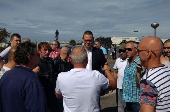 Raoul Hedebouw est présent aux côtés des travailleurs de Caterpillar, de même que le député fédéral Marco Van Hees et le député wallon et ancien d'Arcelor Mittal Frédéric Gillot. (Photo Solidaire)