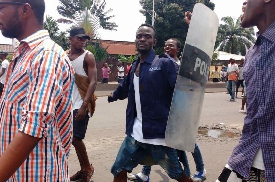 Lors des derniers troubles à Kinshasa, de nombreuses photos montrent des jeunes avec des boucliers, des uniformes et des armes qu'ils ont pris à la police. (Photo Billy Mwangaza)
