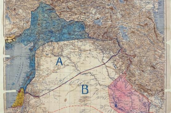 La «nouvelle» carte post-Empire ottoman signée par Mark Sykes et François Georges-Picot en 1916. La France s'approprie la partie en bleu, la Grande-Bretagne celle en rouge.