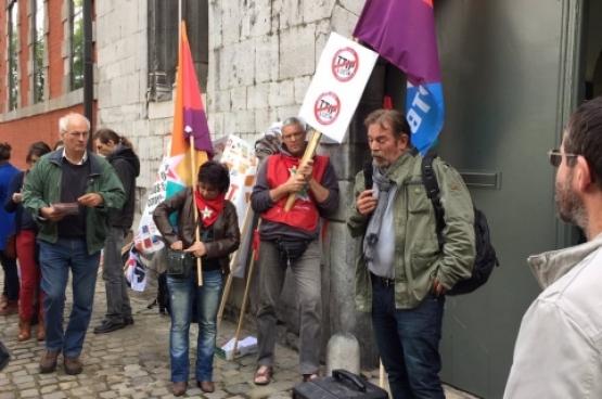 Frédéric Gillot a pris la parole lors de l'action contre le CETA devant le parlement wallon le 3 octobre dernier. (Photo Solidaire, Charlie Le Paige)