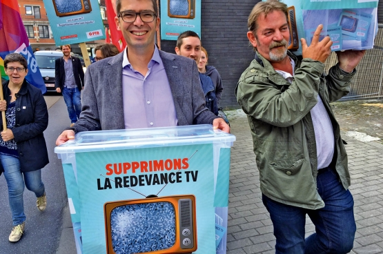 Damien Robert, responsable de la campagne (à gauche), les députés wallons et des militants du PTB remettent 24000 signatures de la pétition pour supprimer la redevance TV au gouvernement wallon. (Photo Solidaire)