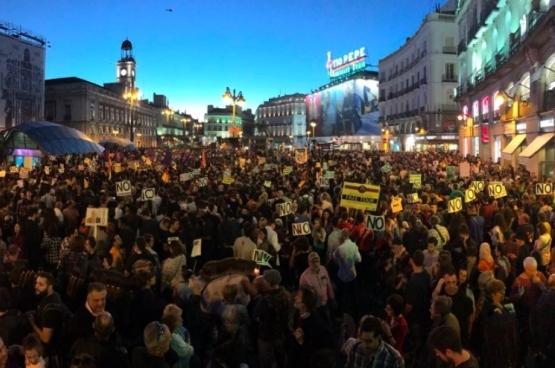 C'est une foule impressionnante qui s'est rassemblée sur l'emblématique Plaza del Sol, au centre de Madrid, ce 29 octobre, pour réclamer le respect du choix des électeurs. (Photo Izquierda Unida / Twitter)