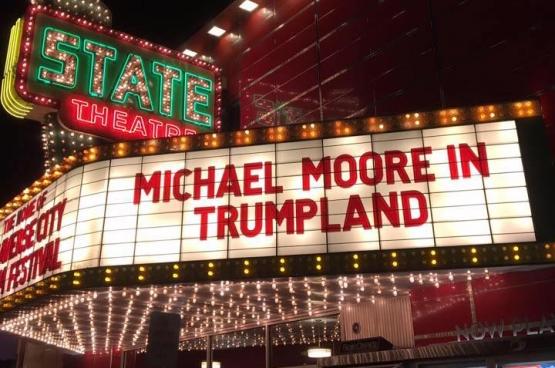 Michael Moore a d'abord affiché son soutien au candidat de gauche à la primaire démocrate Bernie Sanders. Suite à la nomination d'Hillary Clinton, le réalisateur s'est notamment attelé à dénoncer les mensonges du discours de Donald Trump, entre autres avec un film. (Photo Michael Moore / Facebook)