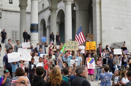 Le 12 novembre, au moins 10 000 personnes ont défilé à Los Angeles au cours de la plus grande manifestation anti-Trump à ce jour. (Photo waltarrrrr / Flickr)
