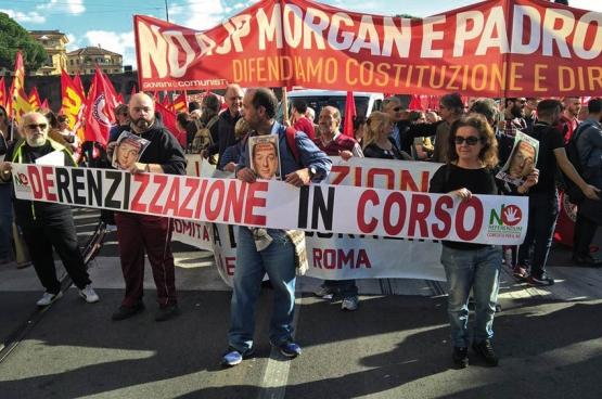 Le 22 octobre, dans de nombreuses villes d'Italie, les gens sont descendus dans la rue pour le «No Renzi Day». Ici, la manifestation à Rome. (Photo Alessio Brancaccio / Facebook)